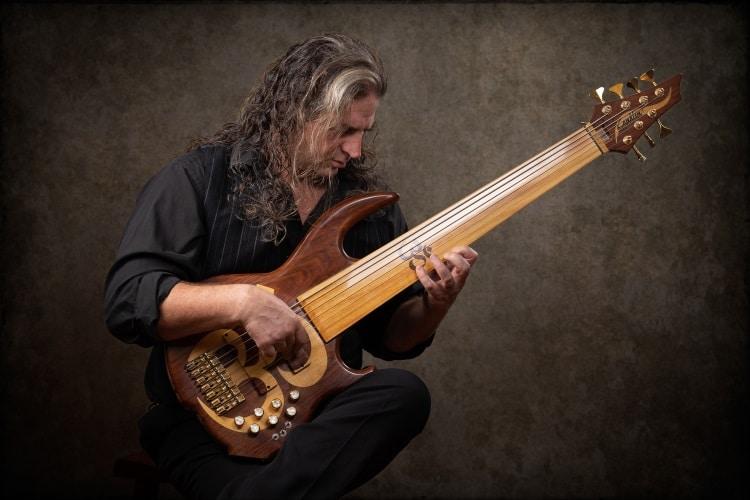 Jason Everett con il suo basso fretless a sette corde