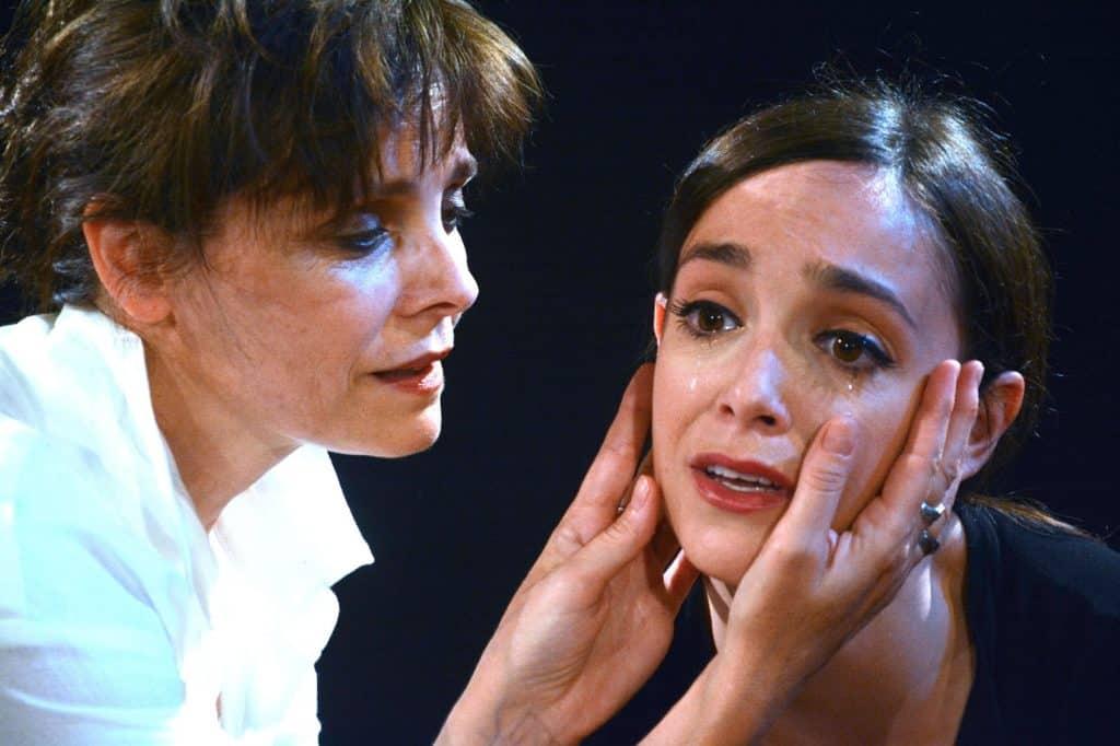 Una scena dello spettacolo con le due attrici