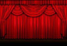 La tenda chiusa di un teatro