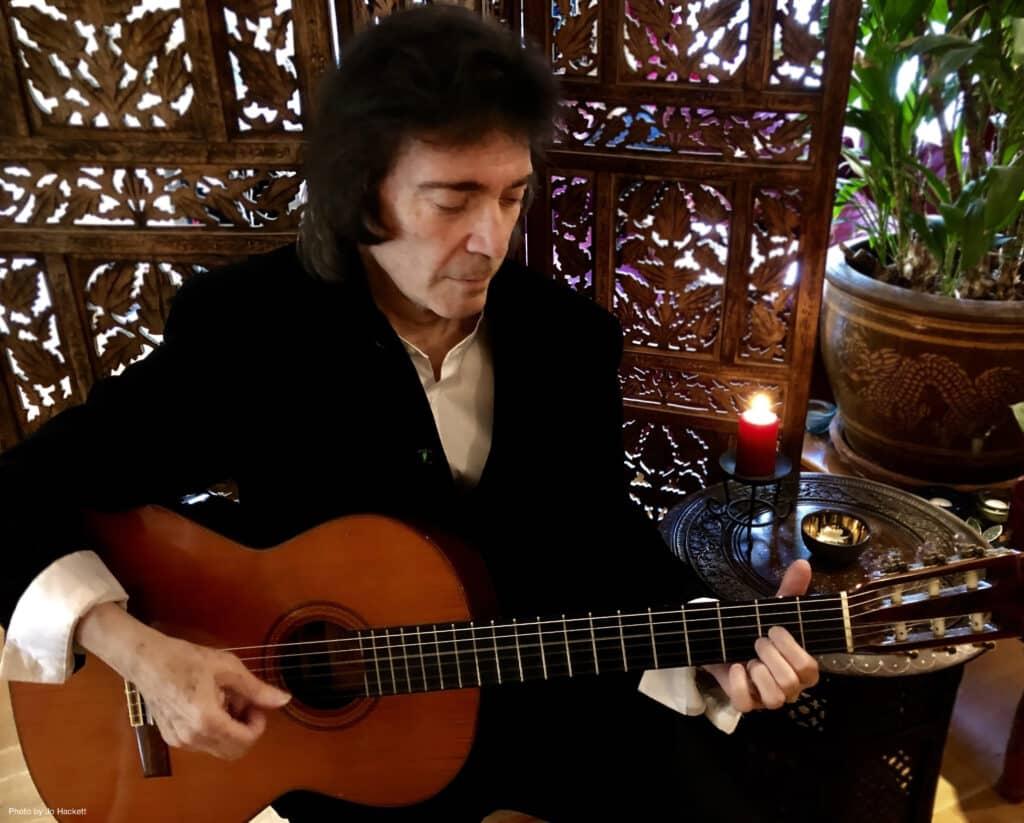 Steve Hackett con la chitarra acustica